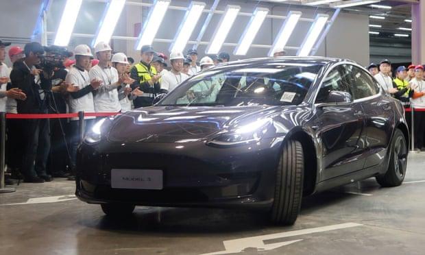 Tesla chính thức bàn giao xe điện Made in China đầu tiên - Ảnh 1.