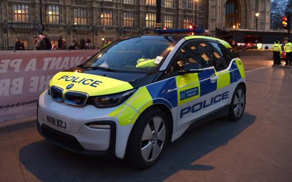 Cảnh sát Anh chi hàng triệu USD mua xe điện bảo vệ môi trường, nhưng muốn bắt cướp phải chờ sạc pin - Ảnh 1.