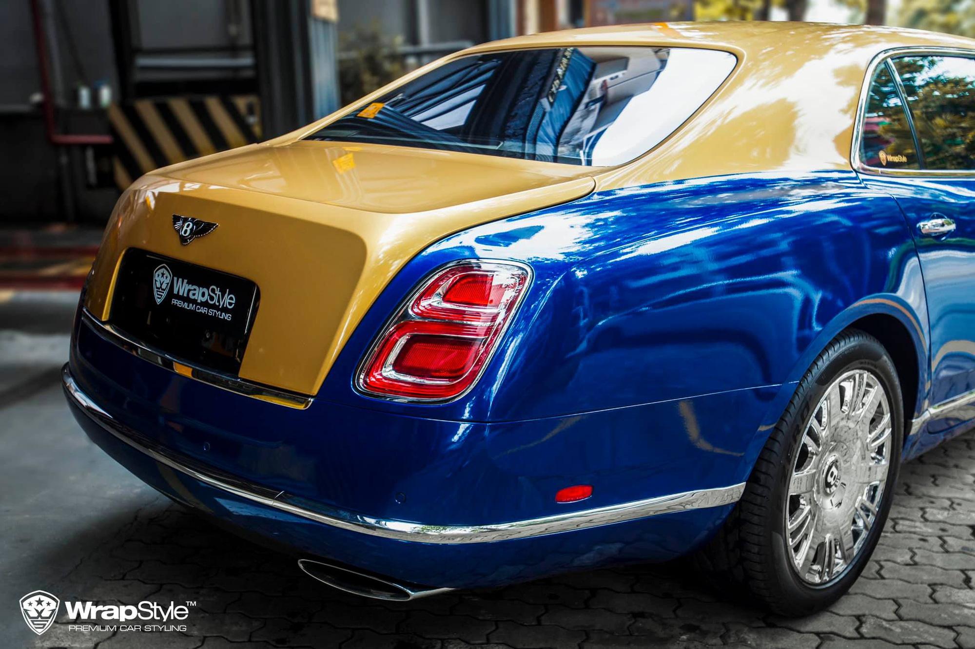 Phong cách hai tông màu xuất hiện trên khá nhiều mẫu siêu xe, siêu sang, xe sang cũng như xe bình dân, tuy nhiên, chiếc Mulsanne này lại là chiếc đầu tiên sử dụng tông màu xanh dương - vàng đồng ở ngoại thất.