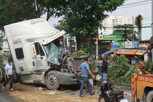 TP.HCM: Xe container nát đầu vì húc đuôi ô tô tải, tài xế mắc kẹt gào thét kêu cứu - Ảnh 1.