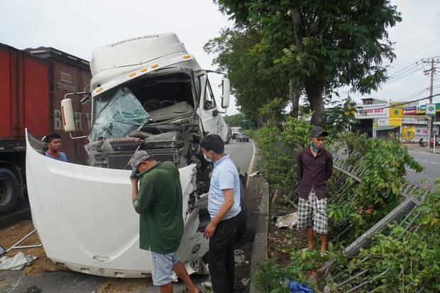 TP.HCM: Xe container nát đầu vì húc đuôi ô tô tải, tài xế mắc kẹt gào thét kêu cứu - Ảnh 2.