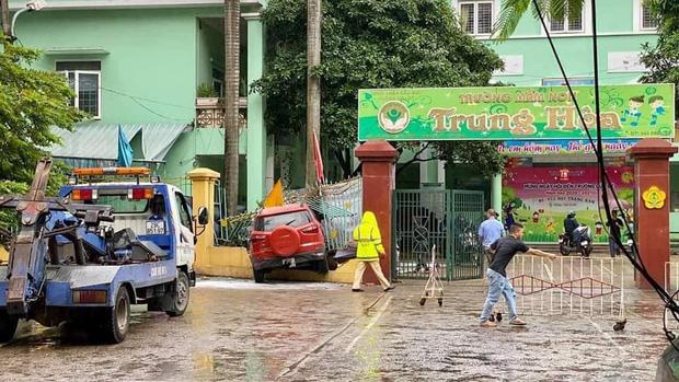 Hà Nội: Ô tô lao thẳng vào cổng trường mầm non, húc đổ hàng rào sắt - Ảnh 1.