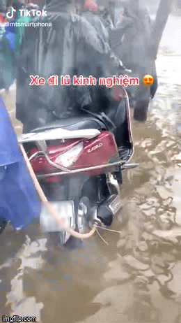 Ngập trắng cả lối về, Ninja Lead nghĩ ra độc chiêu giúp chiếc xe ga vô tư lội nước không sợ chết máy!? - Ảnh 1.