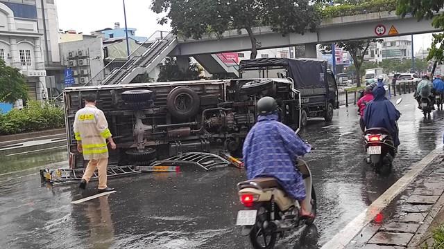 TP Hồ Chí Minh: Xe tải lật nhào trên đường Võ Văn Kiệt, ùn tắc nghiêm trọng - Ảnh 1.