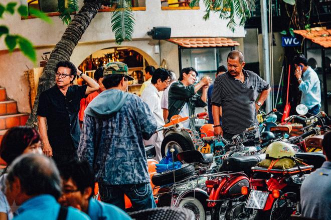 Những chiếc xe cổ và người yêu xe cổ ở cà phê Cao Minh.