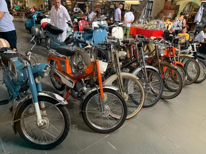 Những chiếc xe cổ từ khắp nơi tụ họp tại cà phê Cao Minh.