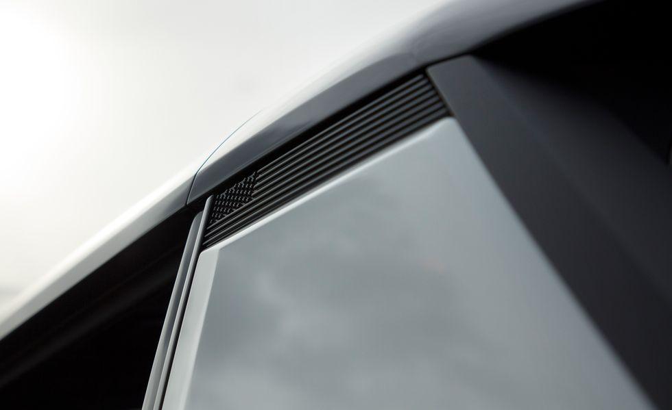 Xe Mỹ cho người Mỹ - Biểu tượng cờ Mỹ xuất hiện đằng sau cửa hậu trên GMC Hummer EV thể hiện rõ gốc gác siêu bán tải.