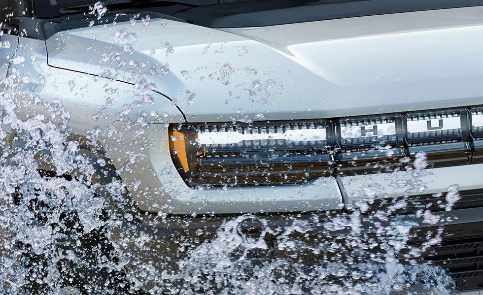 Chữ H tại đèn pha – Một chi tiết khá khó để nhận ra là thiết kế đèn pha Hummer EV mới được kết hợp từ hàng loạt chữ H nhỏ gộp lại – chi tiết gợi nhớ lại một thời huy hoàng của Hummer với 380 đại lý trên toàn cầu.