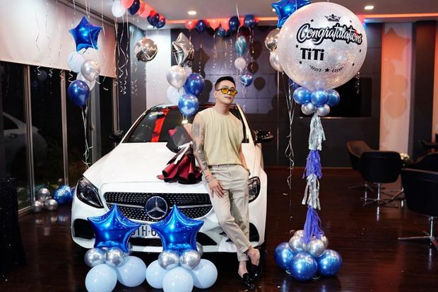 Dan tinh bat ngo vi Titi choi chung voi Matt Liu va Tong Dong Khue choang truoc dan sieu xe xep hang dai cua hoi ban