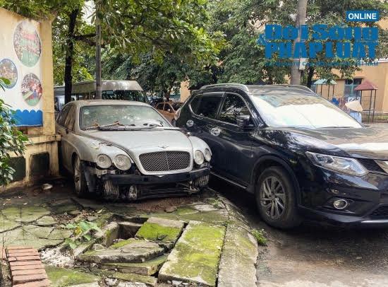 Hà Nội: Xót xa nhìn Bentley, BMW tiền tỷ bị chủ nhân bỏ quên, chịu cảnh dầm mưa, dãi nắng - Ảnh 1.