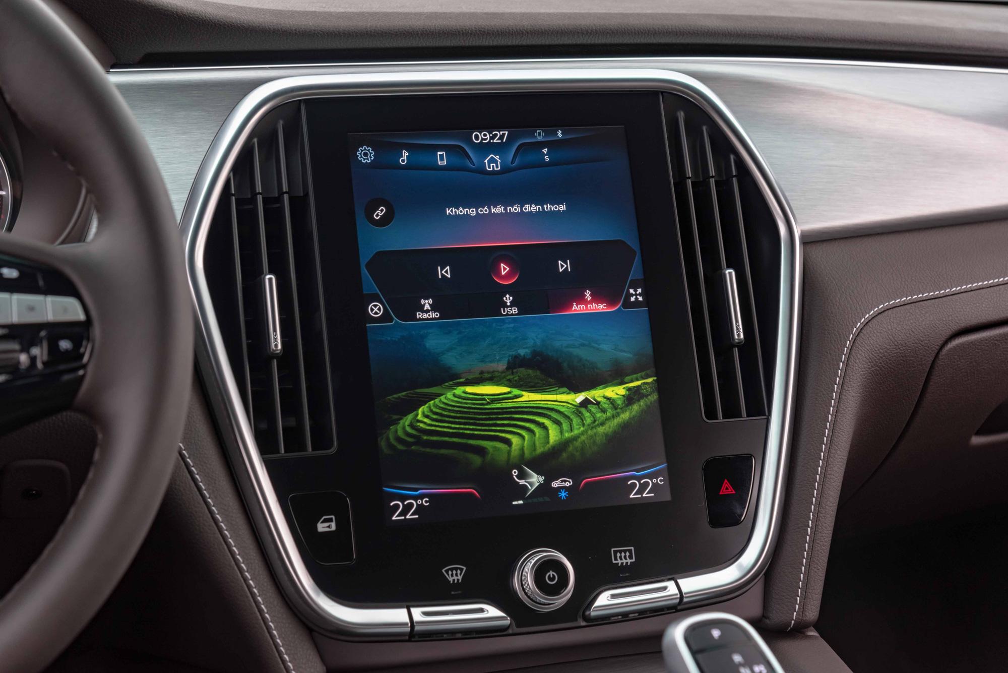 Màn hình lớn, độ phân giải tốt, rõ nét, thao tác có ít độ trễ nhưng chưa hỗ trợ kết nối Apple CarPlay hay Android Auto, bạn sẽ phải kết nối bằng Bluetooth. Nhược điểm của màn hình này là bị lóa vào trời nắng, dù mặt kính đã được phủ lớp chống loá. Việc điều khiển điều hoà phụ thuộc hoàn toàn vào màn hình cảm ứng đôi khi hơi bất tiện trong thao tác.