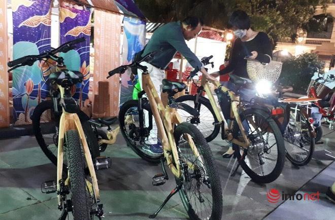 Người dân Thủ đô tò mò tìm hiểu về chiếc xe đạp có giá đắt ngang chiếc xe máy
