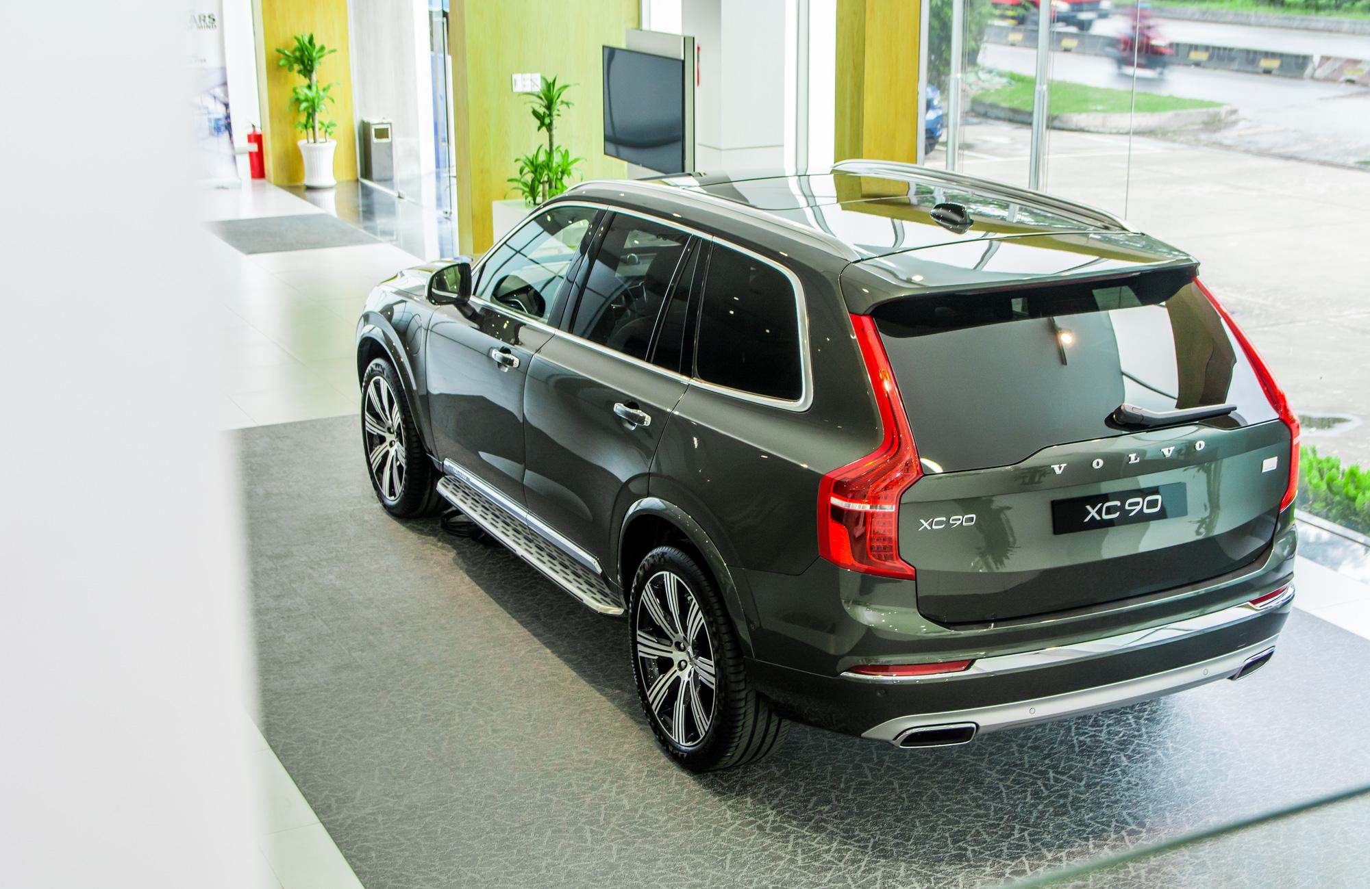 Với nâng cấp chính nằm ở động cơ, Volvo XC90 T8 2020 có giá bán lẻ là 4,599 tỷ đồng. Đối thủ của mẫu SUV này bao gồm BMW X5, Mercedes-Benz GLE hay Audi Q7. Điểm mạnh của XC90 so với các mẫu xe sang châu Âu khác là động cơ plug-in hybrid và hàng loạt công nghệ an toàn tối tân.