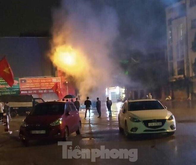 Nơi xảy ra hỏa hoạn có nhiều xe cộ, người qua lại, song không ai dám đến gần cứu hộ sợ chiếc xe ô tô nổ bình xăng. Họ chỉ biết gọi điện cấp cứu đến cơ quan chức năng .Ảnh: Duy Chiến