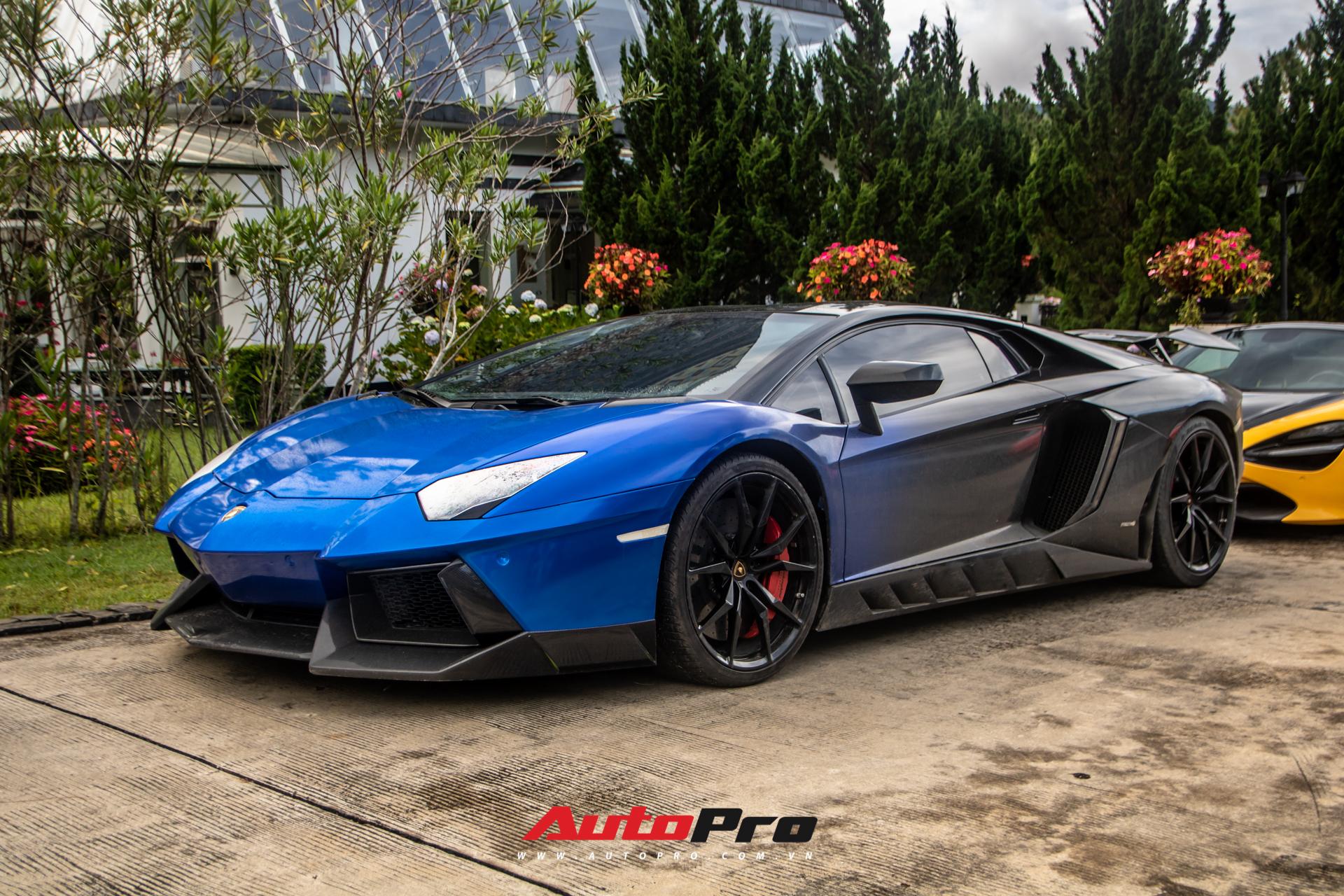 Cuối cùng là chiếc Lamborghini Aventador dán decal màu xanh-đen. Xe thuộc bản tiêu chuẩn (Coupe), sử dụng động cơ V12, dung tích 6,5 lít, hút khí tự nhiên, công suất cực đại đạt 700 mã lực và mô-men xoắn 690 Nm. Kết hợp với hệ dẫn động bốn bánh và hộp số bán tự động 7 cấp ly hợp đơn, xe có khả năng tăng tốc từ 0-100 km/h trong 2,9 giây trước khi đạt tốc độ tối đa 350 km/h.