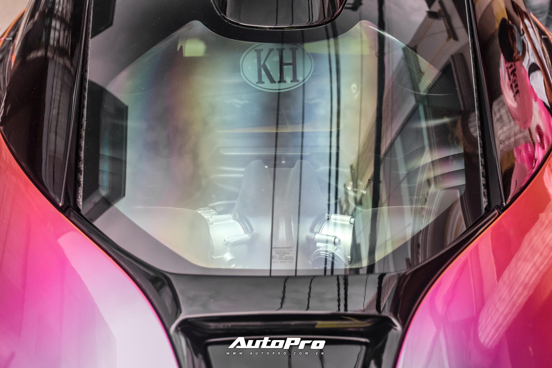 Về thông số kỹ thuật, McLaren Senna sử dụng động cơ đặt giữa, loại V8 4.0L tăng áp kép, cho ra công suất 789 mã lực và mô-men xoắn 800 Nm. Hộp số tự động 7 cấp ly hợp kép và dẫn động cầu sau. Mẫu xe hyper-car Anh Quốc có khả năng tăng tốc 0-100 km/h trong 2,8 giây, tốc độ tối đa 335 km/h.