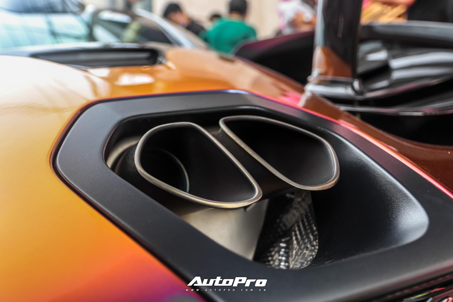 Bên trong khoang nội thất, xe sử dụng da Alcantara đen, điểm xuyết chỉ khâu màu cam. Ô kính 2 bên cửa xe giúp người lái có thể nhìn xuống mặt đường khi đang di chuyển.