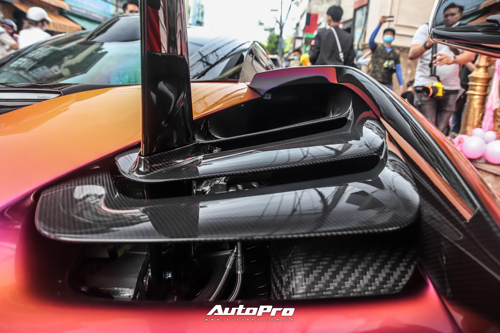 Một số chi tiết thân xe sử dụng chất liệu carbon cũng đều được đặt hàng riêng. Chiếc xe này sử dụng bộ vành 9 chấu đơn, sơn đen bóng và ẩn bên dưới là cùm phanh màu vàng. Đĩa phanh dạng gốm carbon hiệu suất cao cũng xuất hiện trên siêu phẩm này.