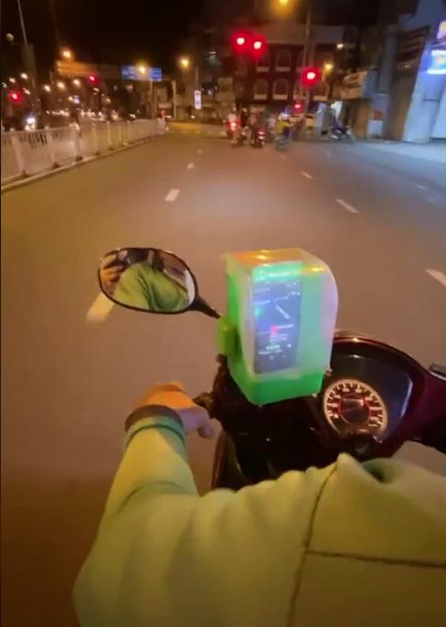 Sáng tạo bá đạo chống cướp giật của anh xe ôm công nghệ ở Sài Gòn, dùng món đồ trong nhà bếp này để bảo vệ điện thoại - Ảnh 2.