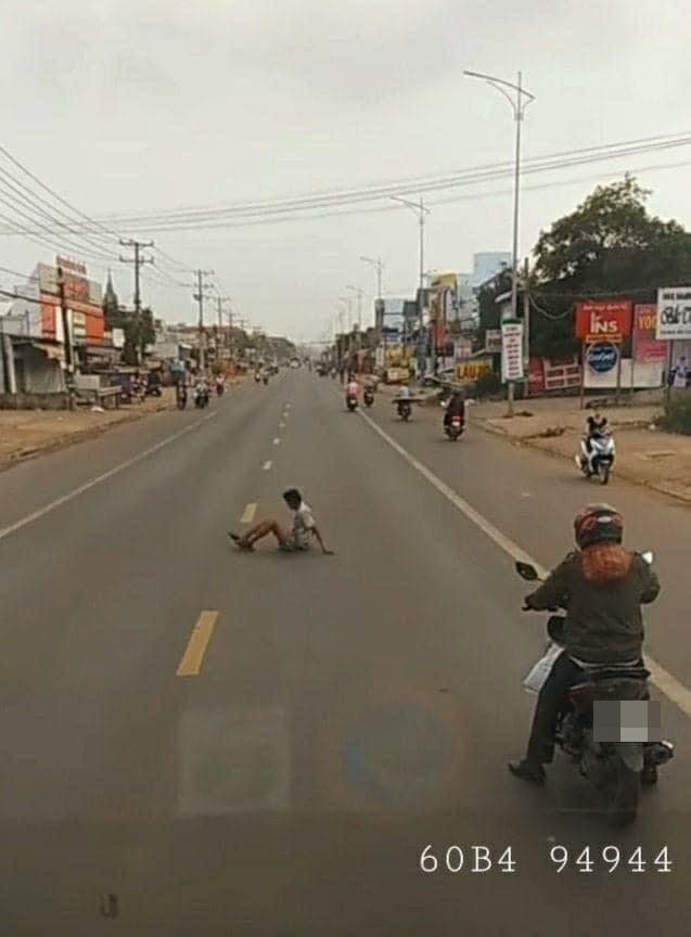 Dựng xe máy trước đoàn ô tô trên đường, thanh niên có hành động khiến tất cả dừng hình trong tích tắc - Ảnh 1.