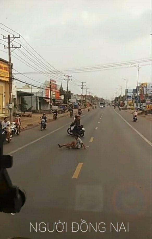 Dựng xe máy trước đoàn ô tô trên đường, thanh niên có hành động khiến tất cả dừng hình trong tích tắc - Ảnh 2.
