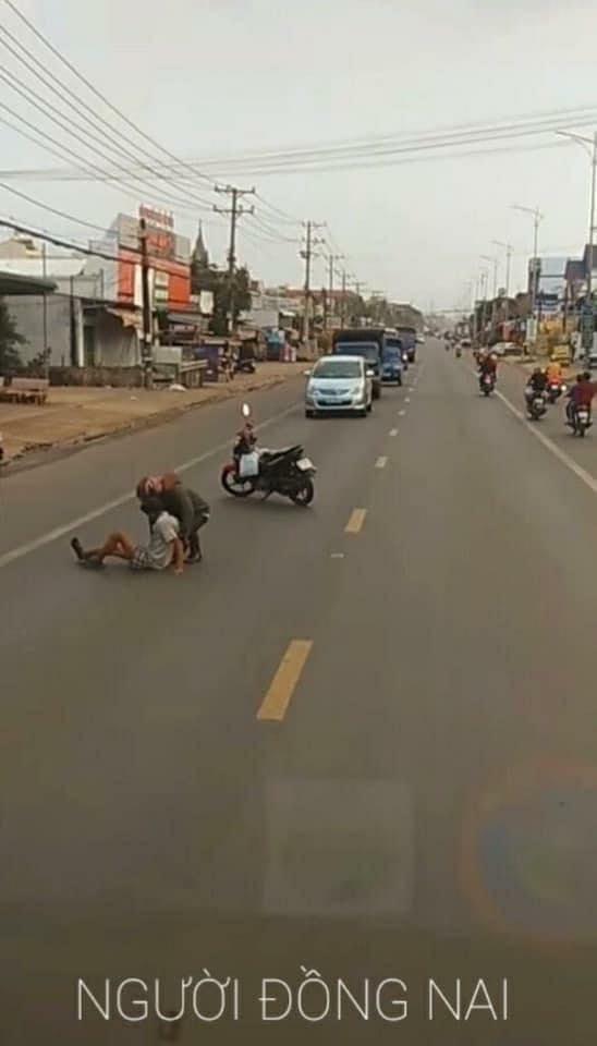 Dựng xe máy trước đoàn ô tô trên đường, thanh niên có hành động khiến tất cả dừng hình trong tích tắc - Ảnh 3.