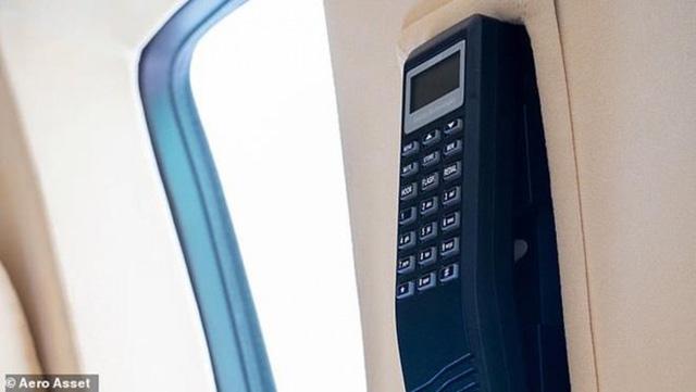 Khi bay trên bầu trời, điện thoại di động không được phép sử dụng. Vì vậy, chiếc điện thoại trông hơi cũ này là lựa chọn tối ưu. (Ảnh: Aero Aset)