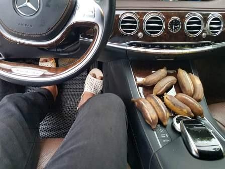 MC Quyền Linh thường xuyên đi dép tổ ong lái xe Mercedes bạc tỷ  - Ảnh 2.