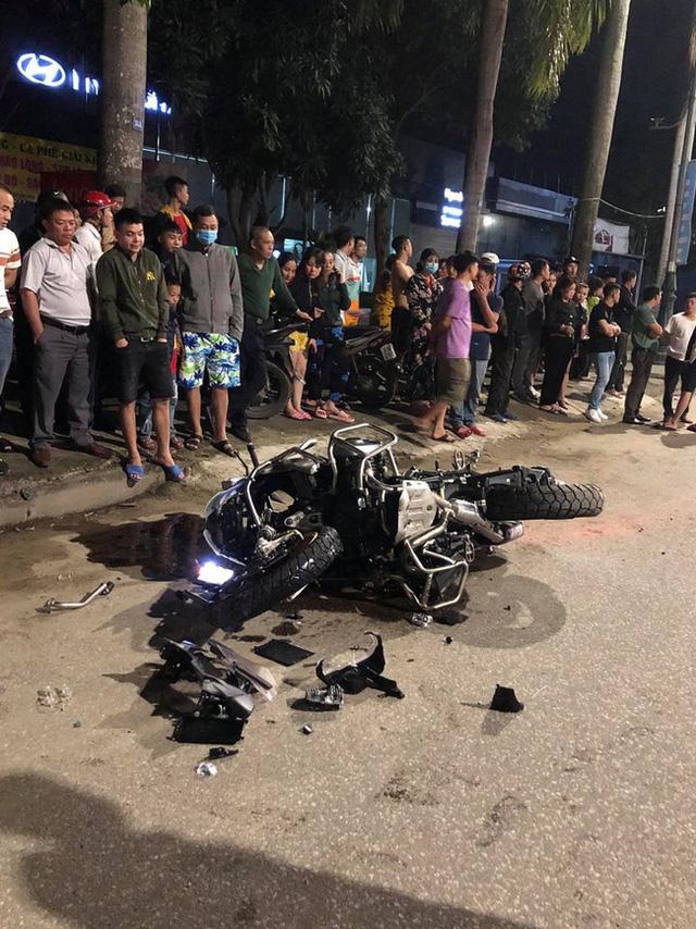 Clip ghi lại hoảnh khắc kinh hoàng khi mô tô BMW tông vào xe máy văng hàng chục mét rồi bốc cháy trên đường - Ảnh 2.