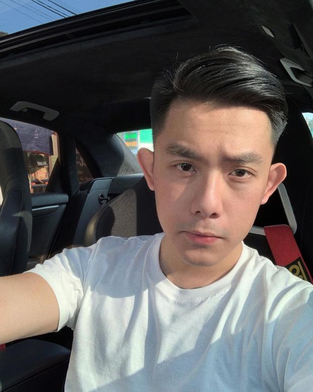 CEO Tống Đông Khuê gây nhức mắt vì lái ô tô bằng 1 tay, tay khác đặt lên đùi bạn gái lại còn không thắt dây an toàn - Ảnh 2.