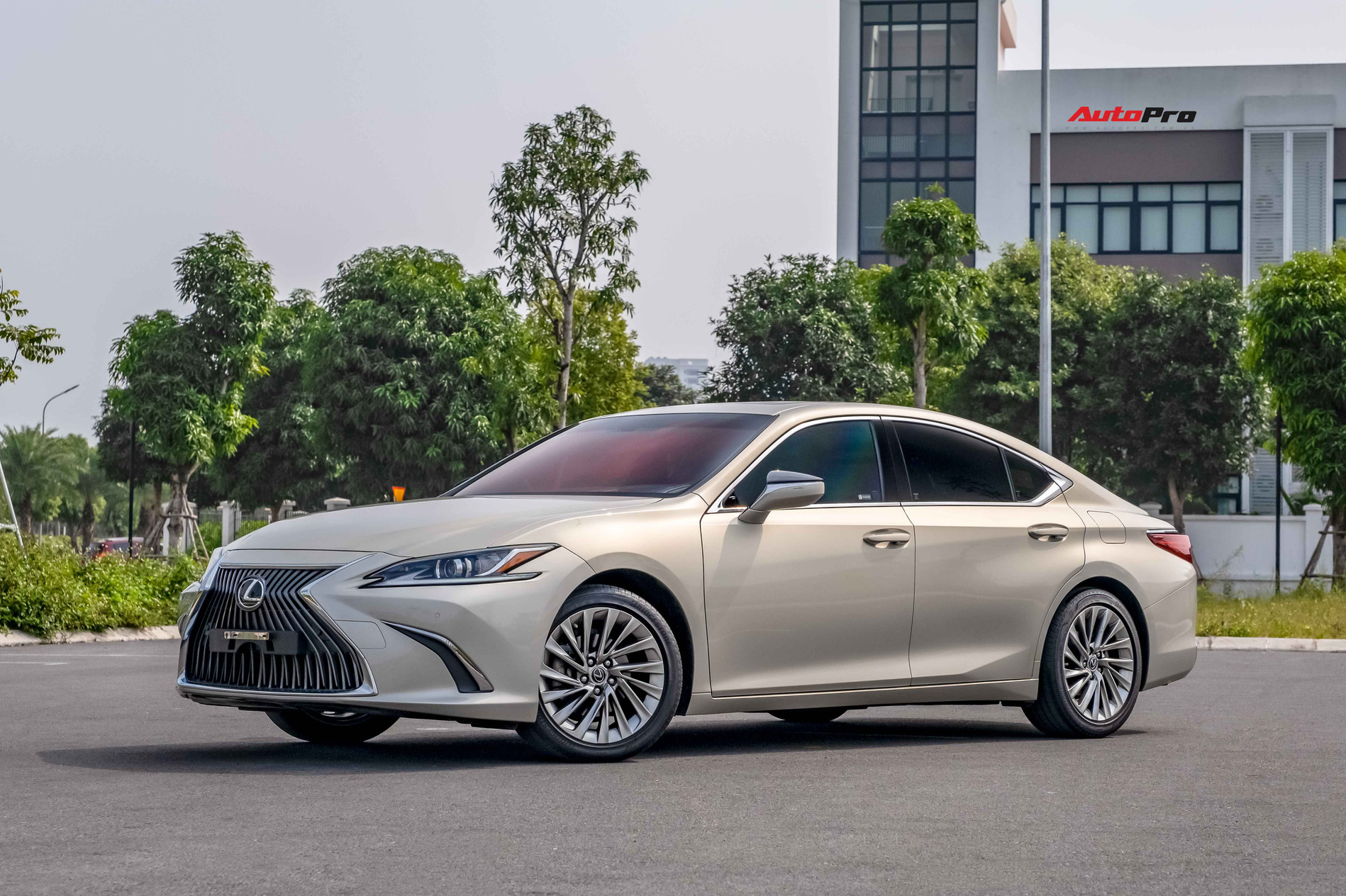 Lexus ES 250 2020 vừa ra mắt, bản cũ chạy 20.000km bán lại chỉ thấp hơn 200 triệu đồng