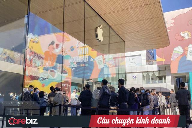 Mỗi lần ra mắt iPhone mới, luôn có hàng dài người xếp hàng đợi mua.