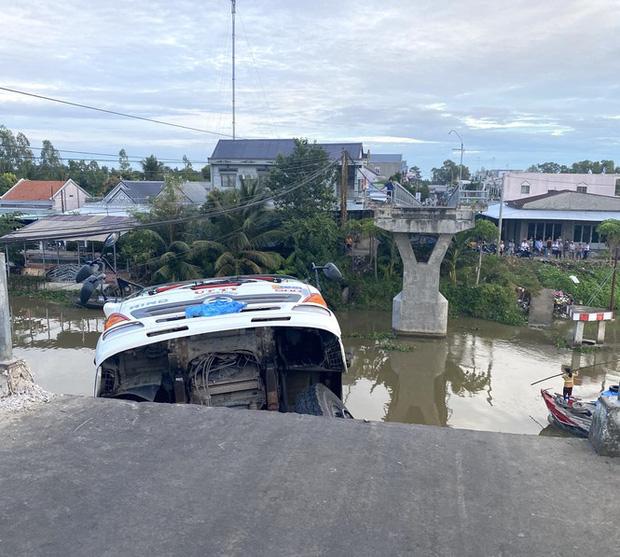 Sập cầu, xe tải chở 15 tấn lúa treo lơ lửng trên sông - Ảnh 1.