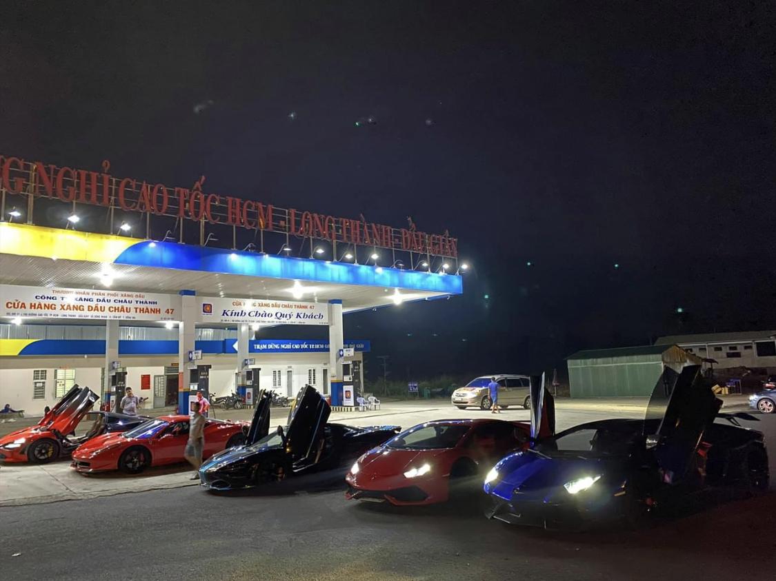 Tối qua (3/11), một nhân vật có tiếng trong giới mua bán nhập khẩu xe mới đây đã đăng tải hai hình ảnh dàn siêu xe của Evo Team dừng chân tại một cây xăng trên cao tốc Long Thành - Dầu Giây.