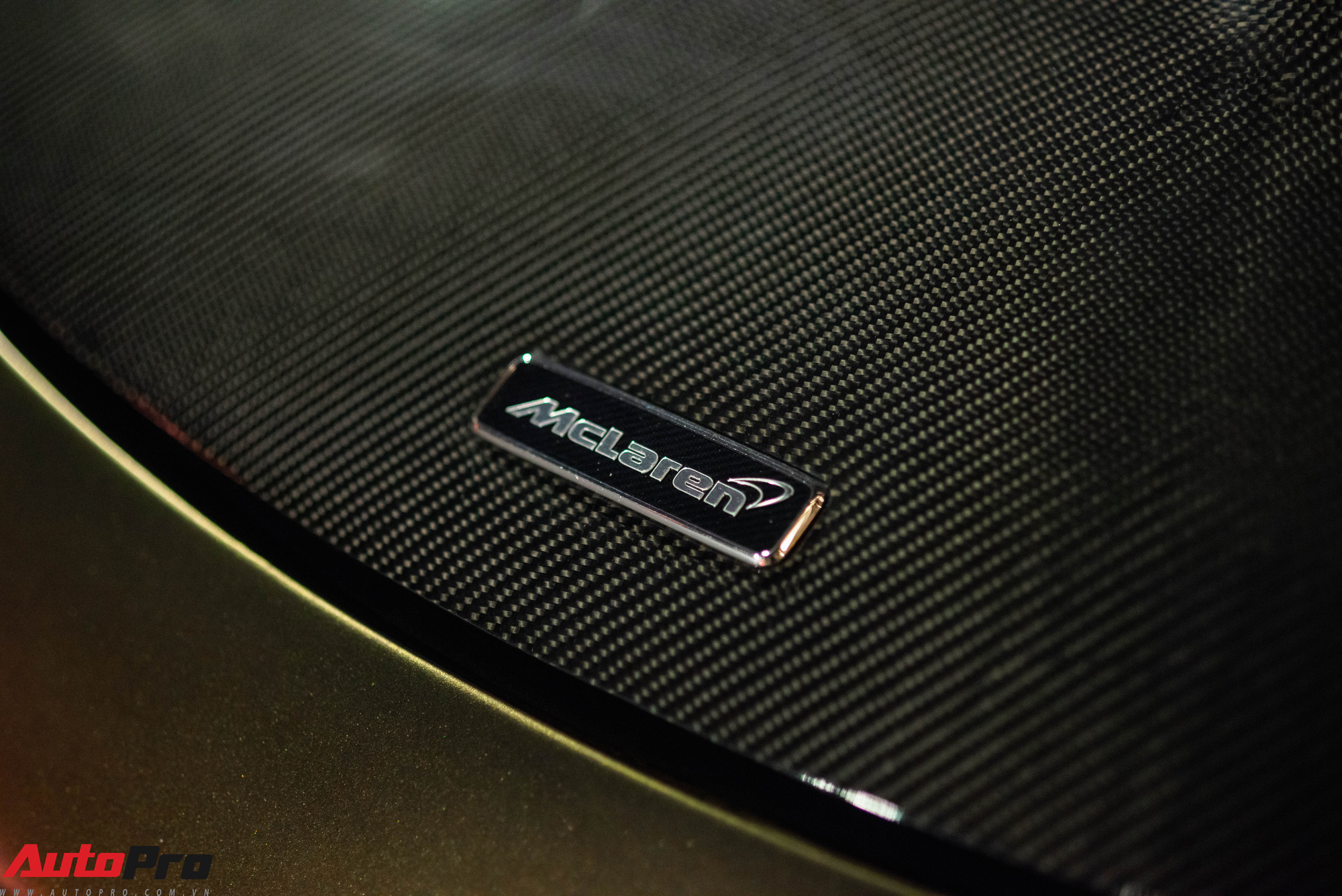Nắp capo của xe được làm từ chất liệu sợi carbon với hai hốc gió được lấy cảm hứng từ siêu phẩm McLaren P1.