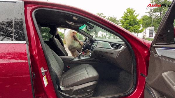 Trần xe hơi thấp nên ra vào xe cần cẩn thận. Ghế xe ôm người, ngồi thoải mái trong những hành trình dài. Ghế sau có độ ngả lớn. Rèm che nắng kính sau chỉnh điện là điểm cộng.
