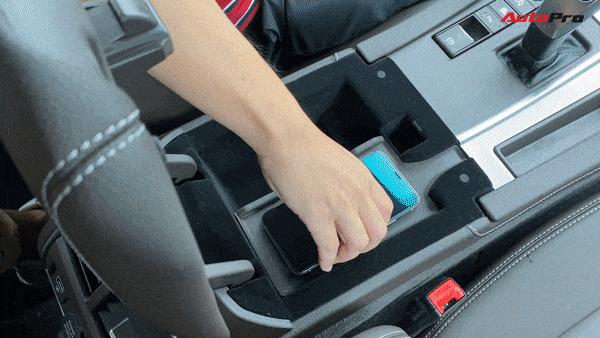 Sạc không dây cũng tiện nhưng lại được bố trí ẩn trong bệ tì tay nên mỗi lần sạc sẽ phải chấp nhận không dùng điện thoại hoàn toàn. Nghe gọi rảnh tay thông qua hệ thống giải trí đa thông tin của xe.
