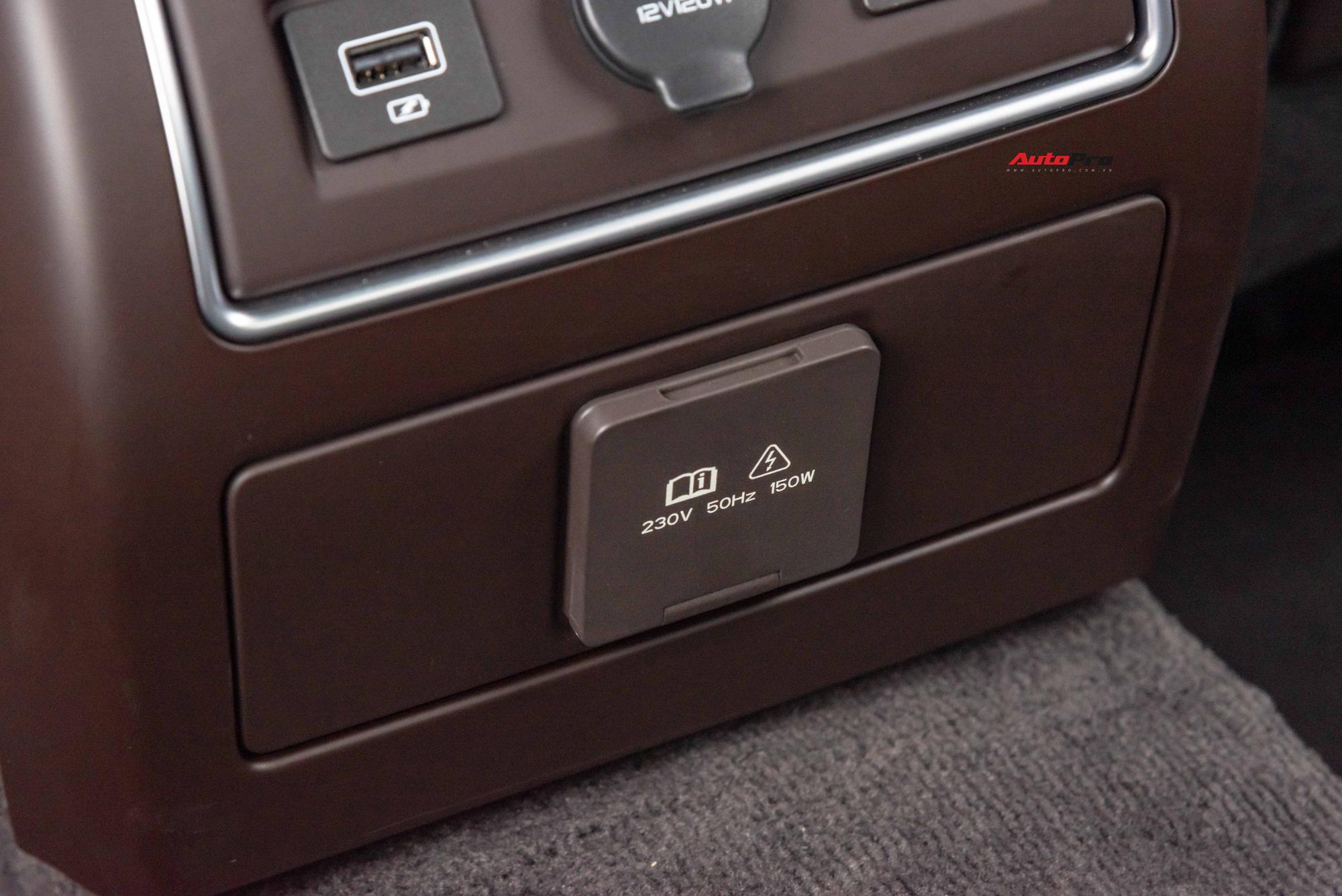 Ngoài cổng USB, ổ cắm 12V, Lux A2.0 còn có ổ điện xoay chiều 230V - 150W, tiện lợi khi cắm máy tính xách tay.