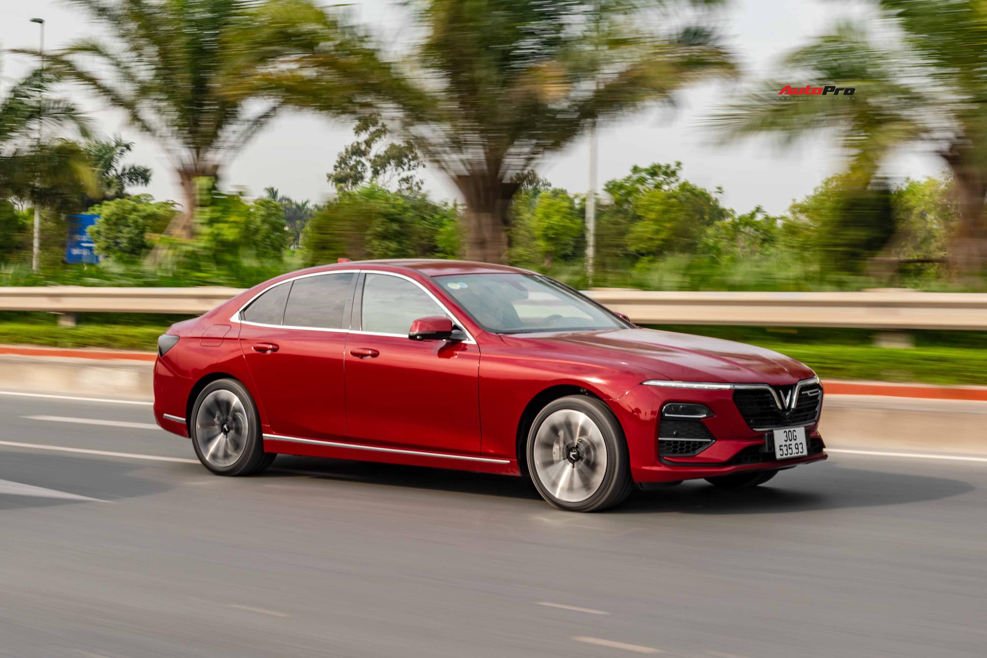 Động cơ được coi là niềm tự hào của Lux A2.0. Máy tăng áp I4 dung tích 2 lít với bản chất là lõi máy N20 của BMW, được VinFast phát triển riêng. Công suất tối đa 228 mã lực và mô-men xoắn 350 Nm kết hợp số ZF 8 cấp mang đến sự chủ động cho người lái. Hệ thống tăng áp kích hoạt muộn nên đi trong phố, chiếc xe vẫn êm ái. Qua ngưỡng 30-40 km/h, ở cấp số 2-3, chiếc xe mới dễ bứt tốc và cảm giác dính lưng là có. Hộp số ZF học thói quen lái rất nhanh và được tinh chỉnh thiên về thể thao hơn.