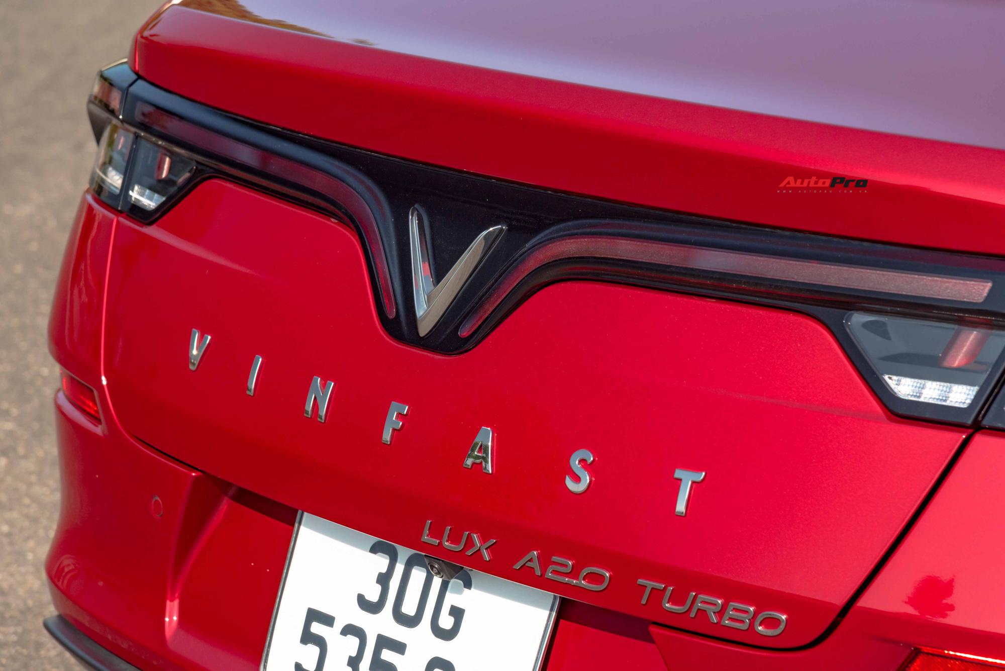Đi vào cận hơn, logo Lux A2.0 Turbo ở đuôi nhận được nhiều nhận xét là không ăn nhập với tổng thể. Đã có những người bóc hẳn logo này ra và chỉ để logo VinFast.