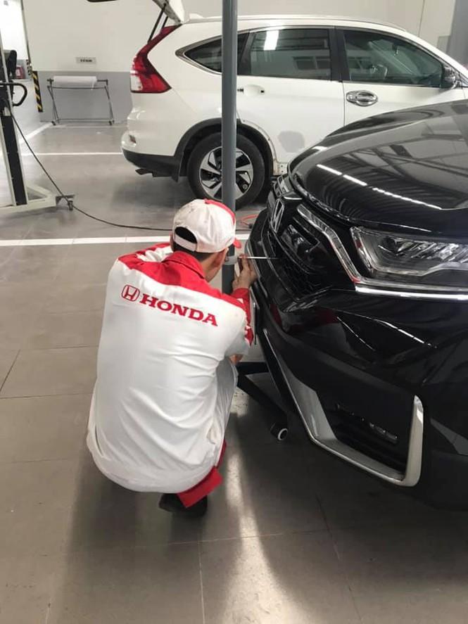 Kỹ thuật viên kiểm tra xe Honda CR-V của anh T.