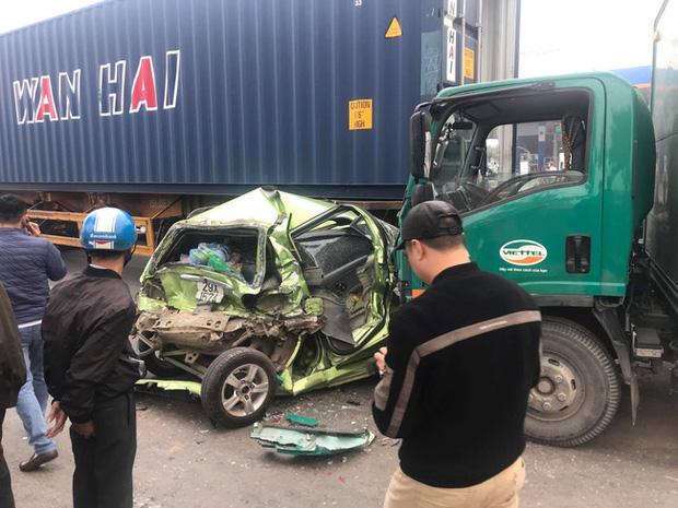 Hà Nội: 2 ô tô con bị tông bẹp dúm khi dừng chờ đèn đỏ, nhiều người bị thương - Ảnh 1.