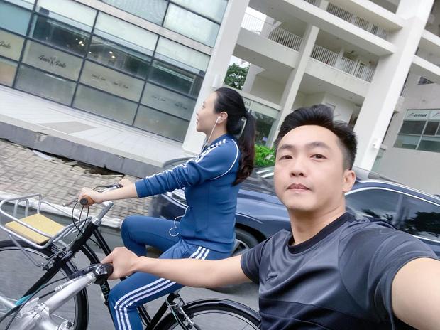 Dở khóc dở cười Cường Đô La - Đàm Thu Trang trốn con hẹn hò: Tưởng lãng mạn ai dè vợ đi ô tô chiếu đèn cho chồng... đạp xe - Ảnh 2.