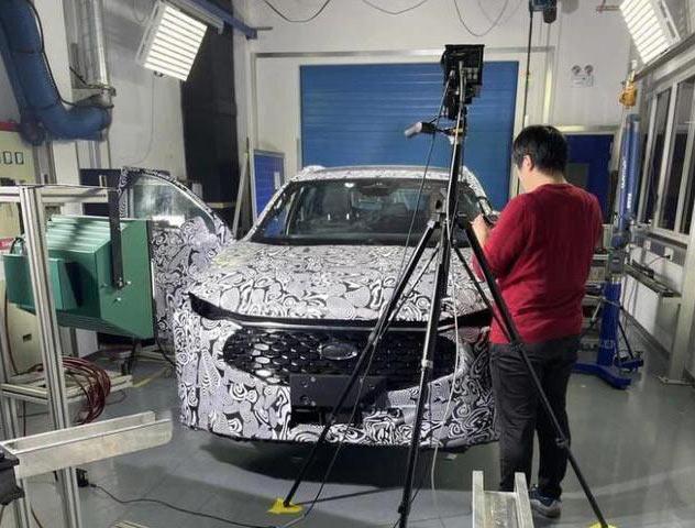 Ford Mondeo hồi sinh: Kiểu dáng lạ lùng, nội thất sang chảnh với màn hình siêu dài - Ảnh 1.