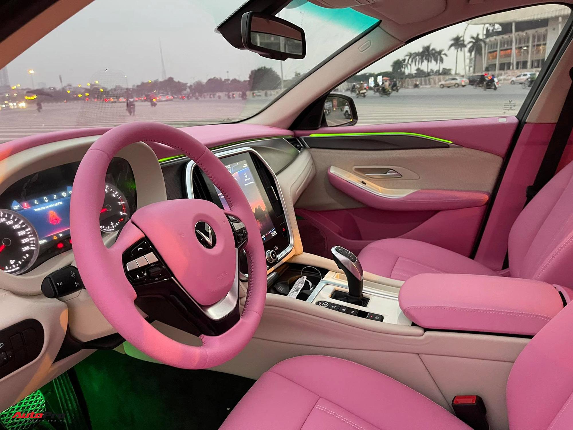 Nữ chủ nhân VinFast Lux A2.0 chi 35 triệu đồng độ nội thất 'full' màu hồng,  bầu trời sao độc nhất Việt Nam