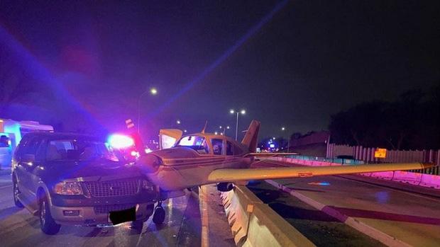 Mỹ: Hạ cánh khẩn cấp trên đường cao tốc ở Minnesota, máy bay đâm vào ô tô - Ảnh 1.