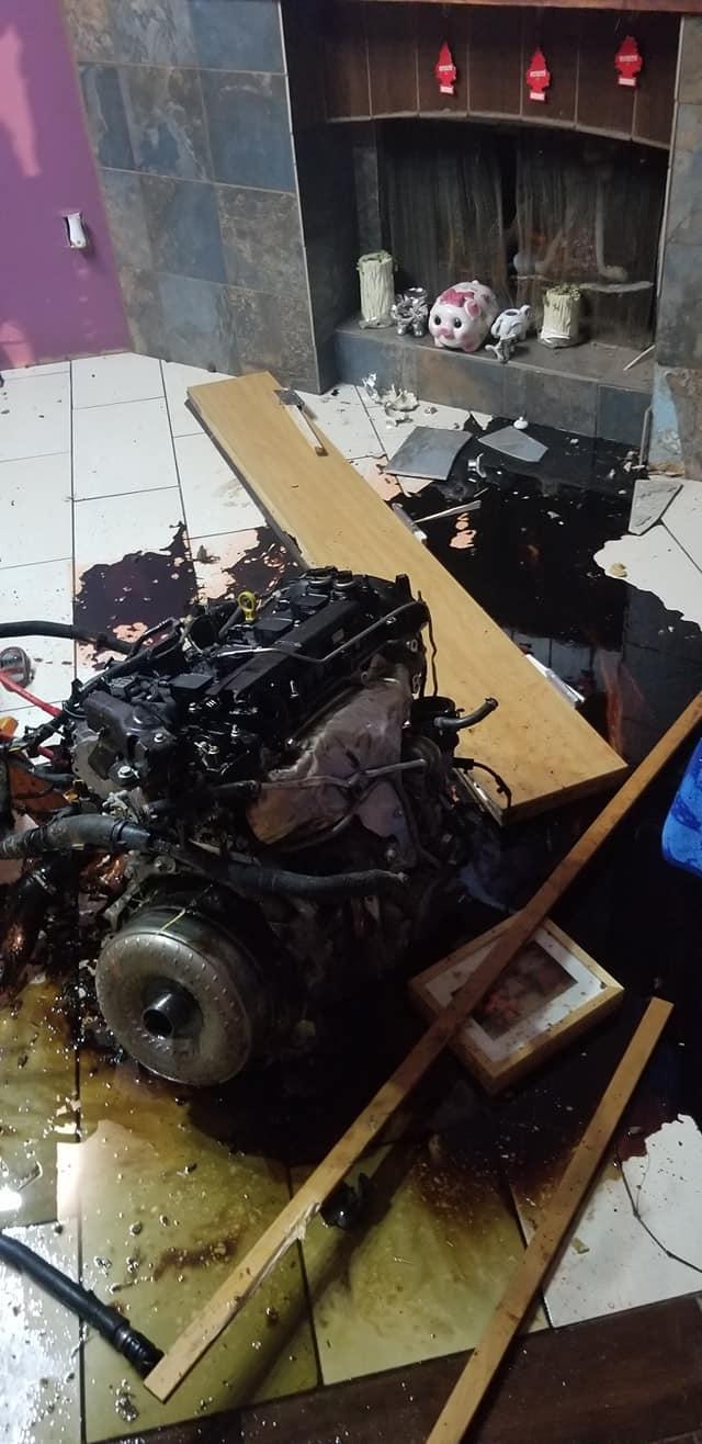Thanh niên lái Jaguar gây tai nạn khi chạy trốn cảnh sát, động cơ bay thẳng vào nhà dân - Ảnh 4.