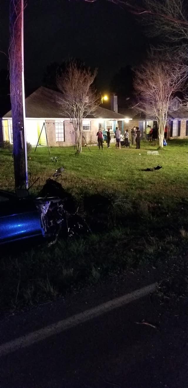 Thanh niên lái Jaguar gây tai nạn khi chạy trốn cảnh sát, động cơ bay thẳng vào nhà dân - Ảnh 2.