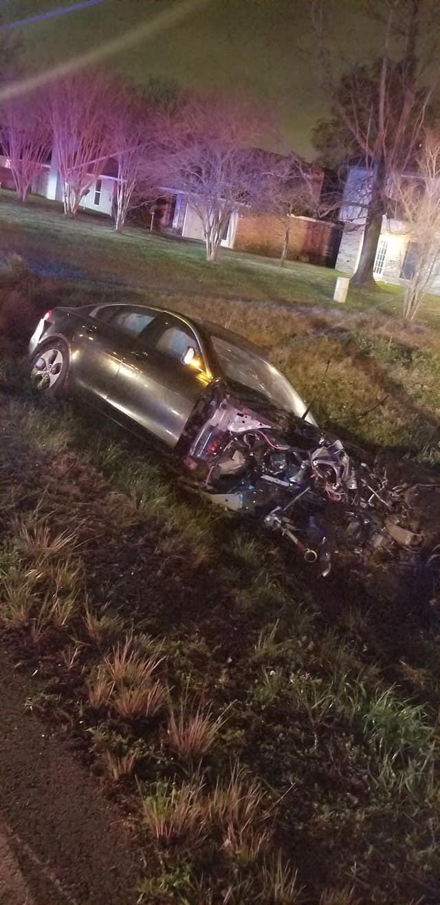 Thanh niên lái Jaguar gây tai nạn khi chạy trốn cảnh sát, động cơ bay thẳng vào nhà dân - Ảnh 1.