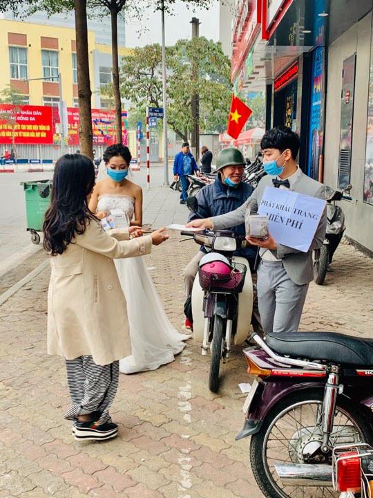 Cô dâu chú rể phát khẩu trang miễn phí trên phố khiến dân mạng tranh cãi gay gắt - Ảnh 4.